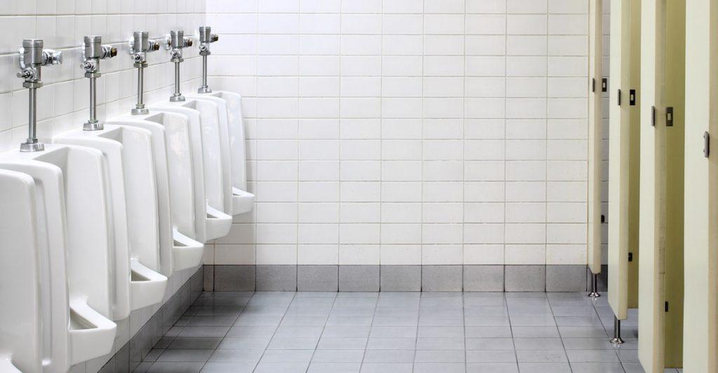Die Herausforderung bei Paruresis: Urinale und Kabinen auf einer öffentlichen Toilette